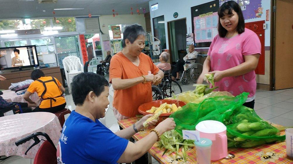 福興護理之家-社區李先生贈玉米兩袋